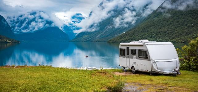 splendida foto di un camper usato in uno splendido paesaggio di montagna