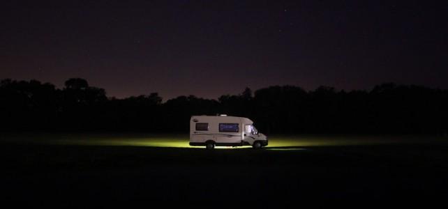 camper che viaggia di notte