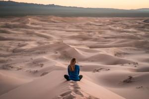 sosta libera camper come sceglierla - bellissima immagine di ragazza al tramonto