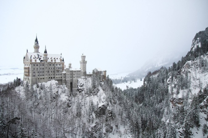 Castello di Neuschwanstein innevato, germania in camper