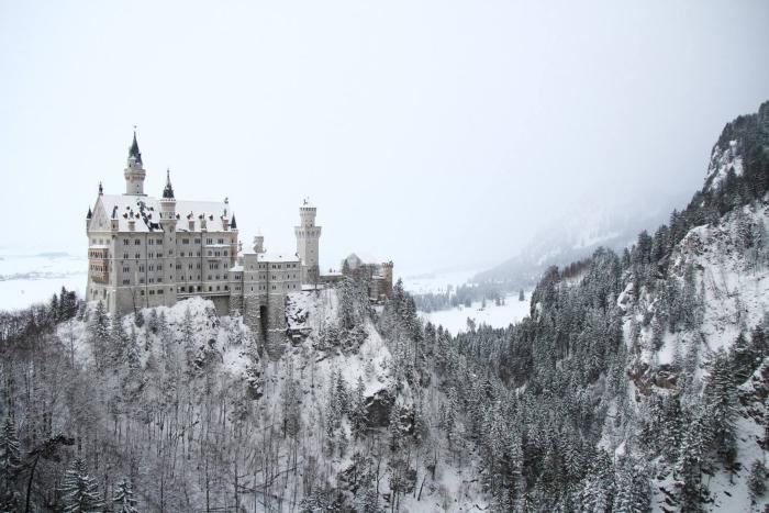 Castello di Neuschwanstein innevato, germania in camper