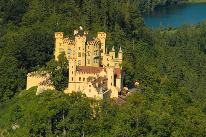Bellissima veduta del castello di Hohenschwagau, viaggiare in camper in germania