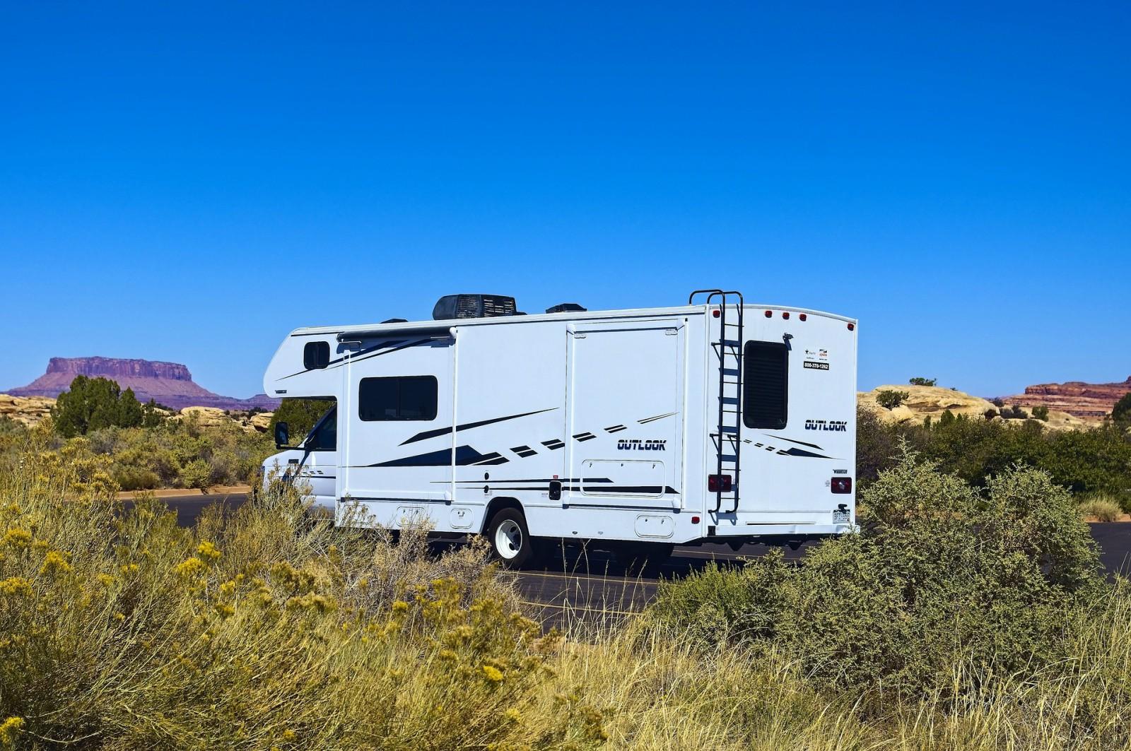 Per rendere un viaggio su ruote più piacevole, esistono tanti trucchi per camper semplici, ma altrettanto efficaci per semplificare la vita a bordo.