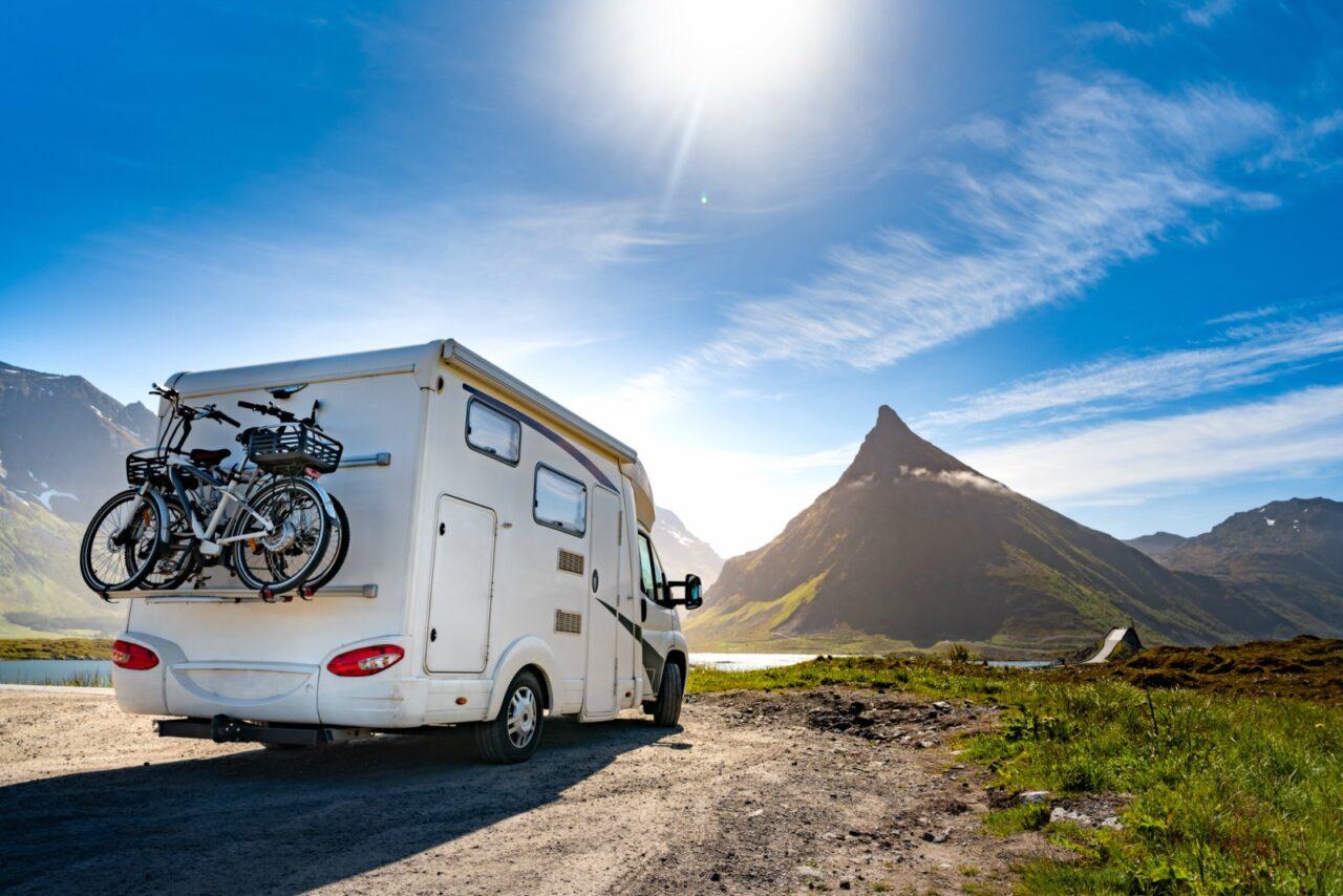 Il porta moto camper è un accessorio importante per chi vuole portare con sé in viaggio, bici o scooter.
