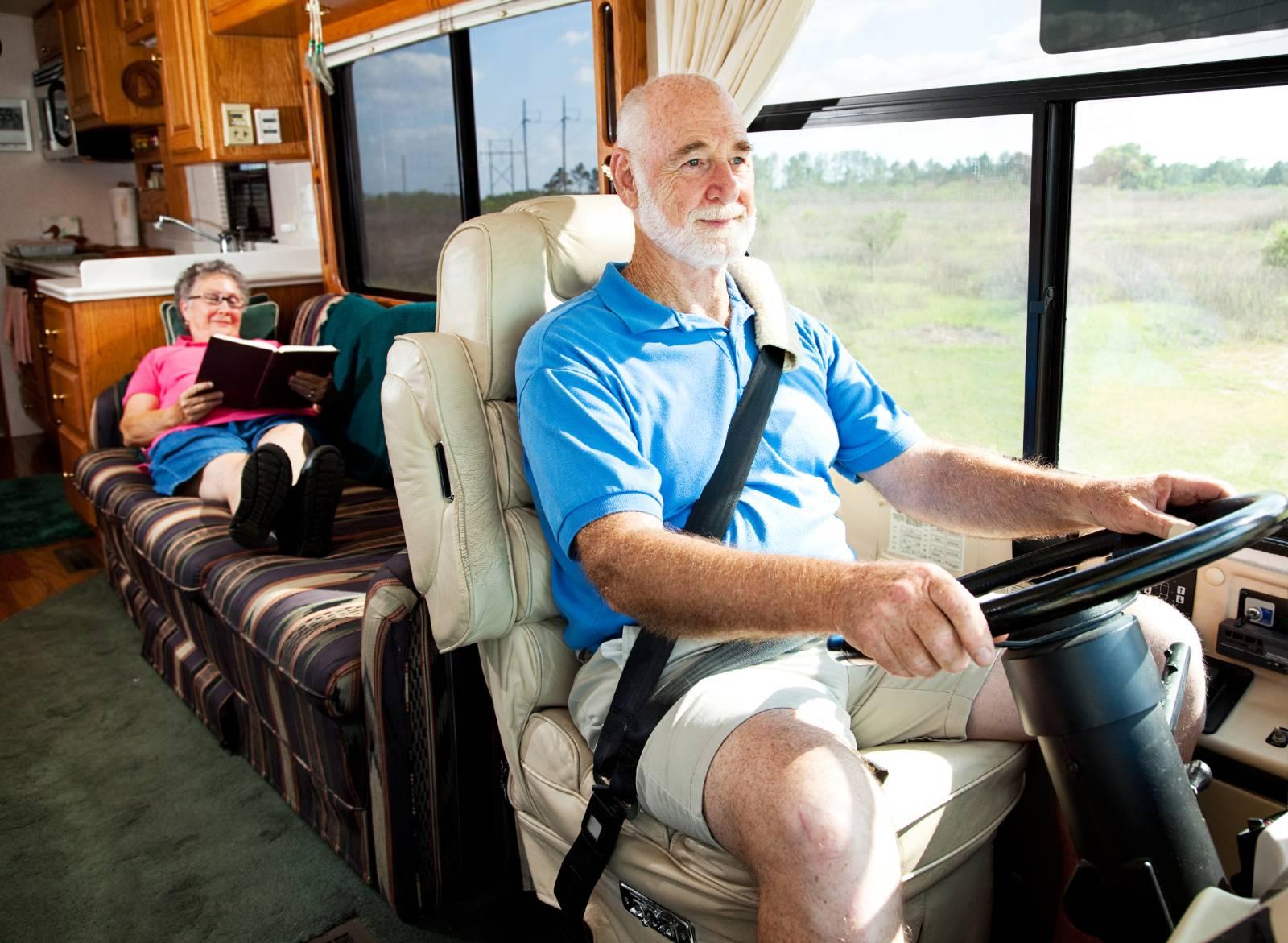 Dormire in camper in movimento non è possibile secondo il Codice della Strada. Tutti i passeggeri devono sedere ai posti di viaggio predisposti con la cintura di sicurezza allacciata.